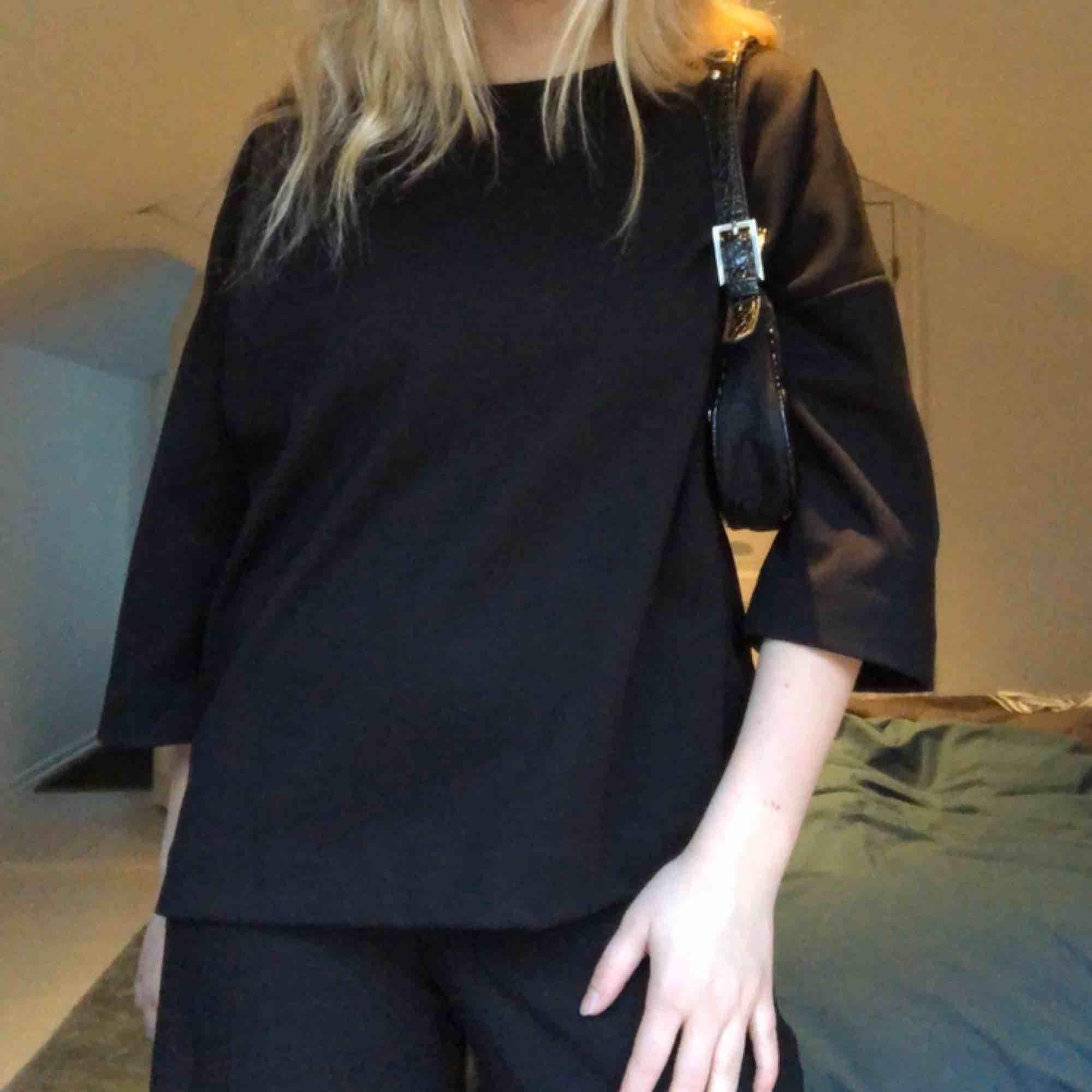 Ocersized T-shirt i tjockt material med bra kvalité! Kommer från Carin Wester och är helt oanvänd. Tröjor & Koftor.