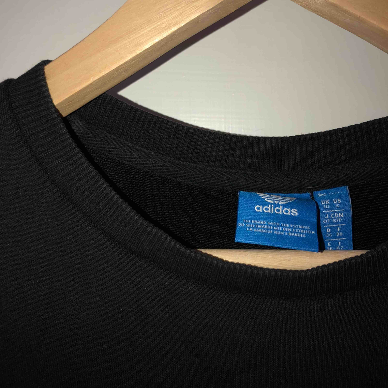 """Sparsamt använd svart adidas tröja, as ball men även väldigt mysig som ger en något """"oversize"""" stil🖤🖤🤩. Huvtröjor & Träningströjor."""