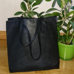 Snygg svart väska som är i läderimitation. Den går att stänga med hjälp av en magnetiskt knapp och har ett material som ska likna mocka innuti väskan. Har en söndrig söm som går att laga med lite syskills och därav det låga priset. Frakt tillkommer kan även mötas upp i Lund eller Malmö ✨