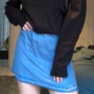Superfin klänning från Zara gjord i ett tunnare jeanstyg! Kan användas som fin sommarklänning eller snygg kjol till en oversized sweatshirt!