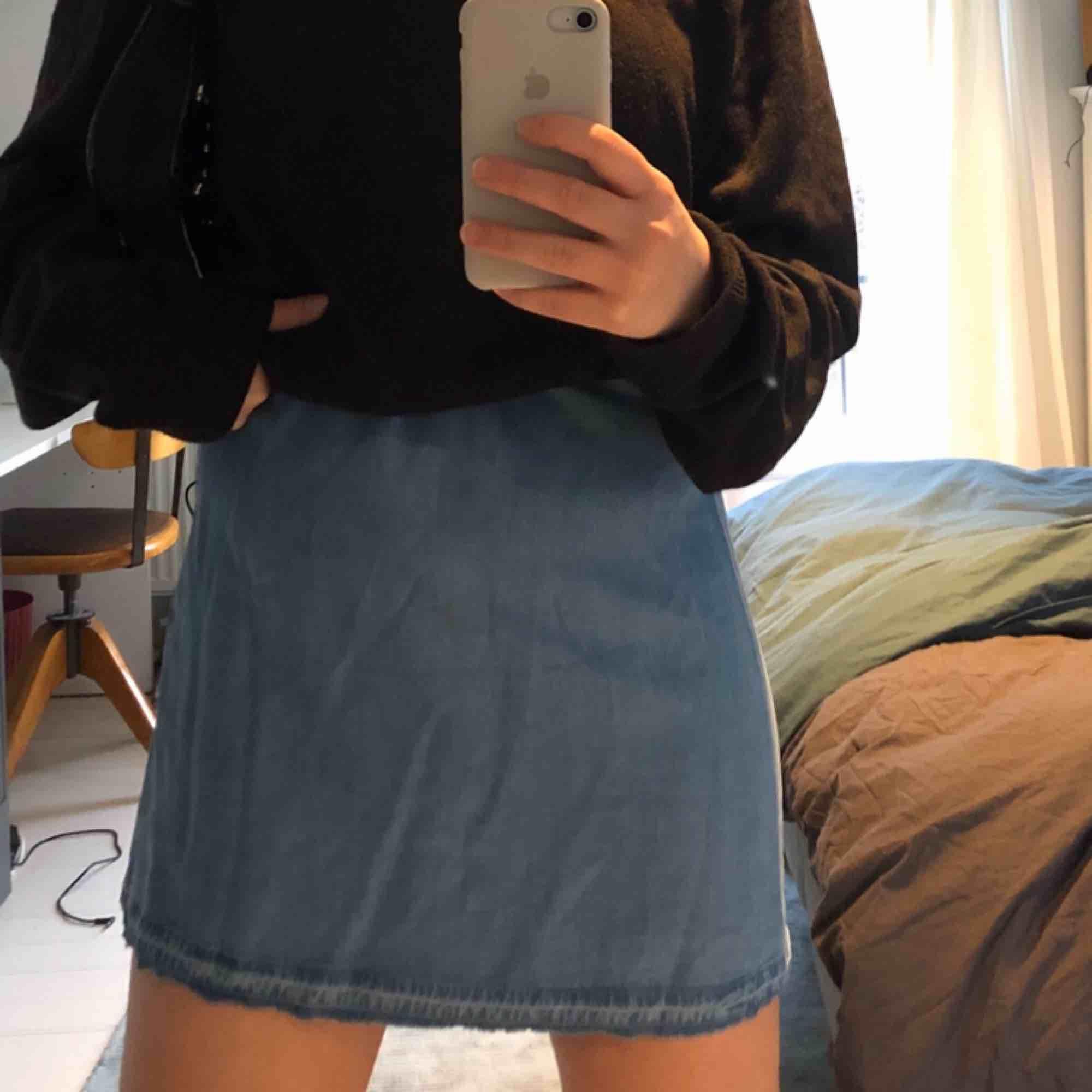 Superfin klänning från Zara gjord i ett tunnare jeanstyg! Kan användas som fin sommarklänning eller snygg kjol till en oversized sweatshirt!. Klänningar.