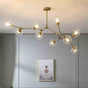 En unik & modern ljuskrona till ditt hem.   9 st glaskupor    Storlek: cirka 120 cm bred och 50 cm hög   Leveranstid ca 2-3v  Vill du veta mer? Tveka inte att skicka ett meddelande