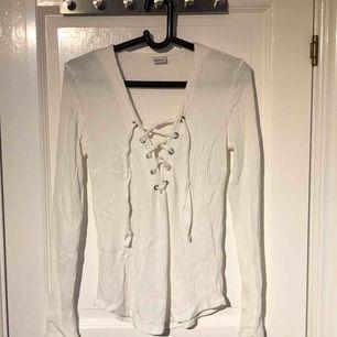 Säljer en tröja med knytning från ginatricot i storl L. Änvänd fåtal gånger, inga hål eller slitningar.
