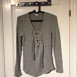 Säljer en tröja med knytning från ginatricot i storlek L. Använd fåtal gånger, inga hål eller slitningar. Kan mötas upp eller frakta