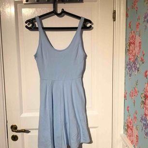 Säljer en helt ny blå klänning från hollister i storlek m. Kan frakta eller mötas upp.