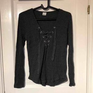 Säljer en tröja med knytning från ginatricot i storlek L. Använd fåtal gånger inga hål eller slitningar. Kan frakta eller mötas upp.