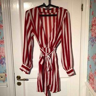 Säljer en klänning/tunika i storlek m. Använd fåtal gånger, inga hål eller slitningar.