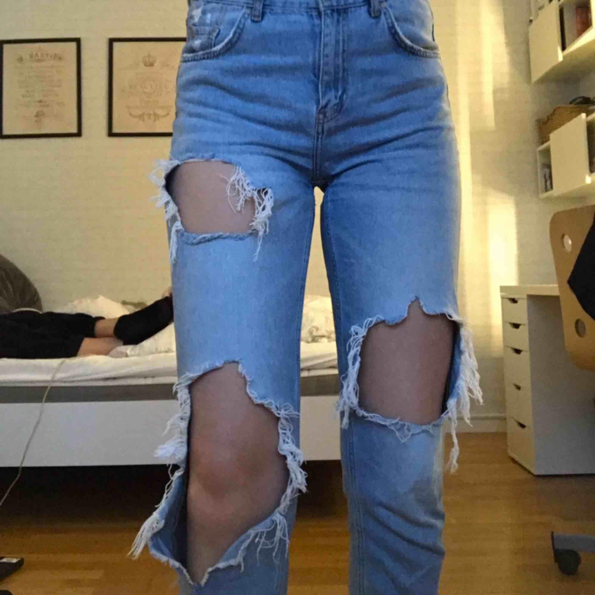 ❗️FRAKT INGÅR❗️ Passar även strl S. Superfina jeans i lösare modell från BikBok. Sitter bra på mig som är ca 177cm lång. De har även en slitning lite längre ner på benets framsida (bild 3). Jättefint skick! Kan även mötas upp i Umeå till billigare pris.. Jeans & Byxor.
