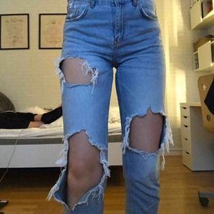 ❗️FRAKT INGÅR❗️ Passar även strl S. Superfina jeans i lösare modell från BikBok. Sitter bra på mig som är ca 177cm lång. De har även en slitning lite längre ner på benets framsida (bild 3). Jättefint skick! Kan även mötas upp i Umeå till billigare pris.