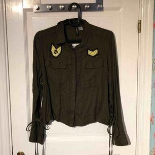 Säljer en helt ny jacka/kofta från hm storlek 44. Kan mötas upp eller frakta.