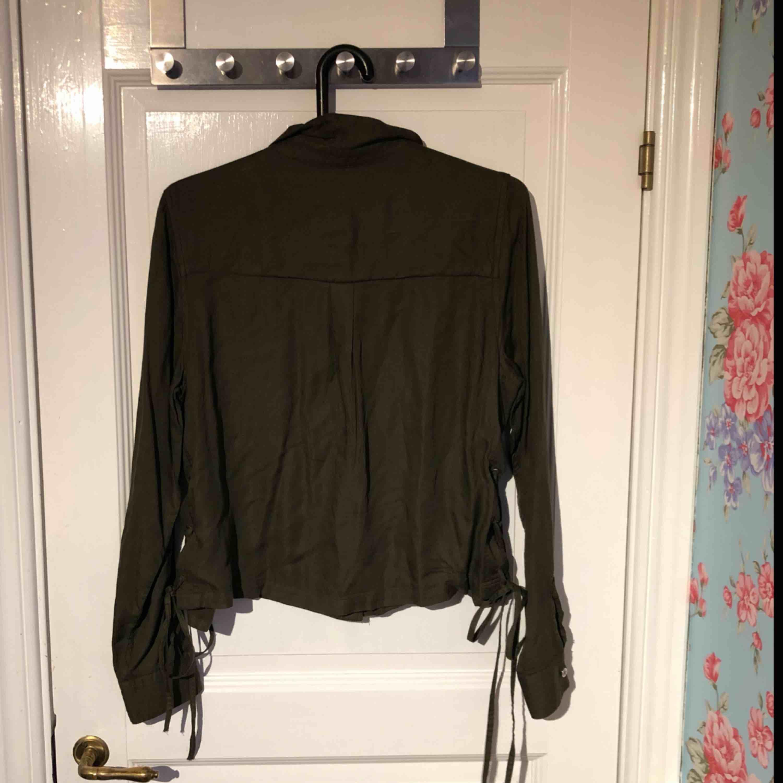 Säljer en helt ny jacka/kofta från hm storlek 44. Kan mötas upp eller frakta.. Tröjor & Koftor.