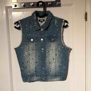 Säljer en jeans väst från bikbok i storlek s. Använd fåtal gånger, inga hål eller slitningar.