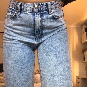 ❗️FRAKT INGÅR❗️ Superfina mom jeans från Gina Tricot. Köpta för ca ett halvår sedan och är i mycket bra skick då de är sparsamt använda. Jag är ca 177cm lång och de sitter jättebra på mig. Kan även mötas upp i Umeå till billigare pris.