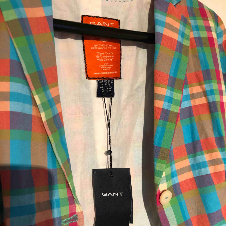 Säljer en helt ny kavaj från gant i storlek 38. Kan mötas upp eller frakta.. Kostymer.