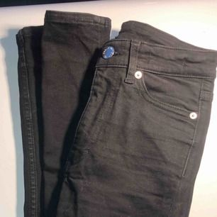 Svarta högmidjade byxor från Cheap Monday i fint skick säljer pga fel storlek Ny pris drygt 700 kr