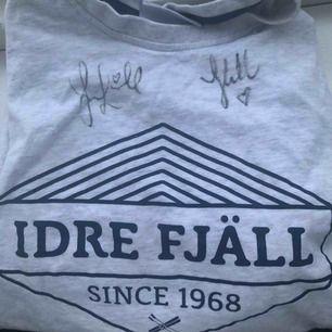 Säljer en T-shirt med Joakim Lundell och Jonna Lundells autografer💗 aldrig använt men JÄTTE skön verkligen!!! Perfekt att ge bort i julklapp tillexempel🤩