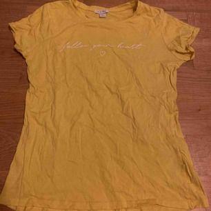 Gul T-shirt. Vet ej var den är från. Aldrig använd. Frakt 10kr