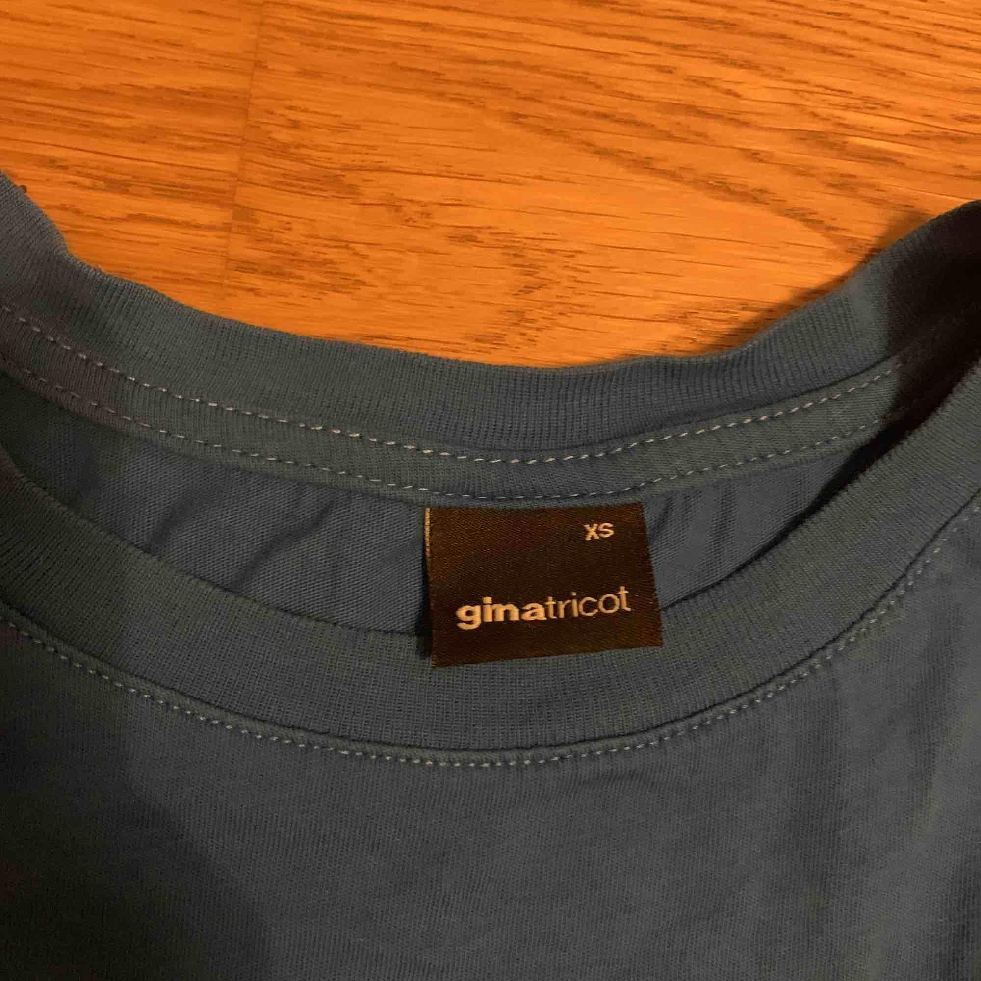 Blå T-shirt från ginatricot. Frakt 10kr. T-shirts.