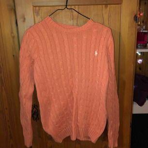 En Ralph lauren tröja, använd två ggr, orange/korall färgad storlek m/m