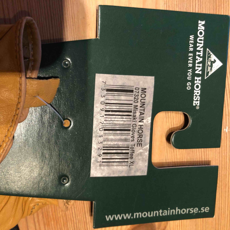 Säljer ett par helt nya mountain horse ridhandka i storlek XL.. Accessoarer.