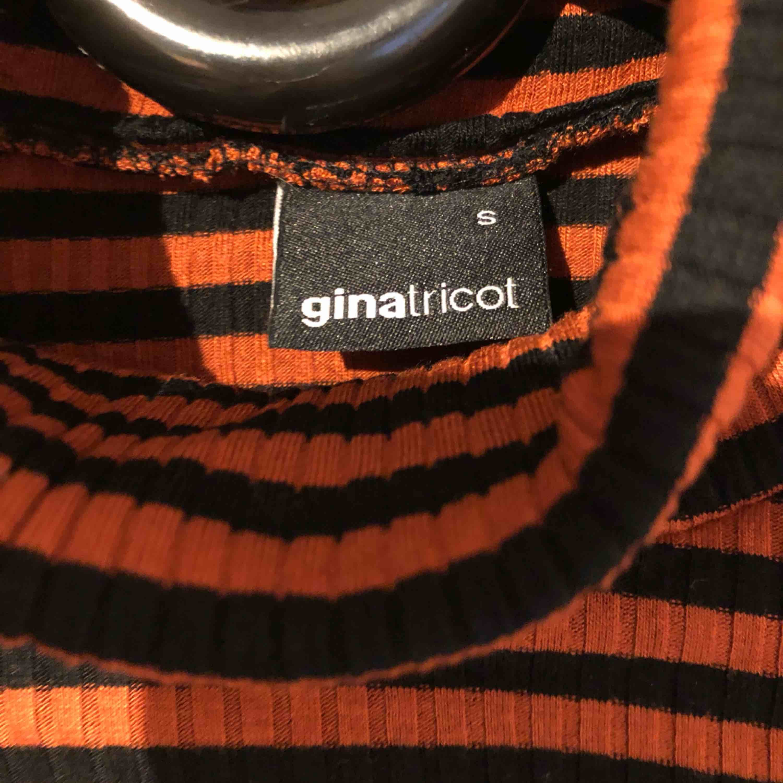 Säljer en polotröja den ginatricot i storlek s. Använd fåtal gånger, inga hål eller slitningar.. Tröjor & Koftor.