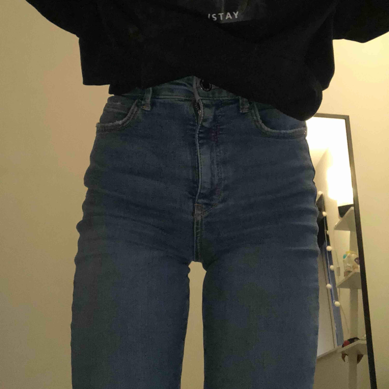 Gina Jeans, köpta för typ en månad sen men har inte kommit till så mycket användning är också lite stora på mig därför kameltå, men e ganska liten. . Jeans & Byxor.