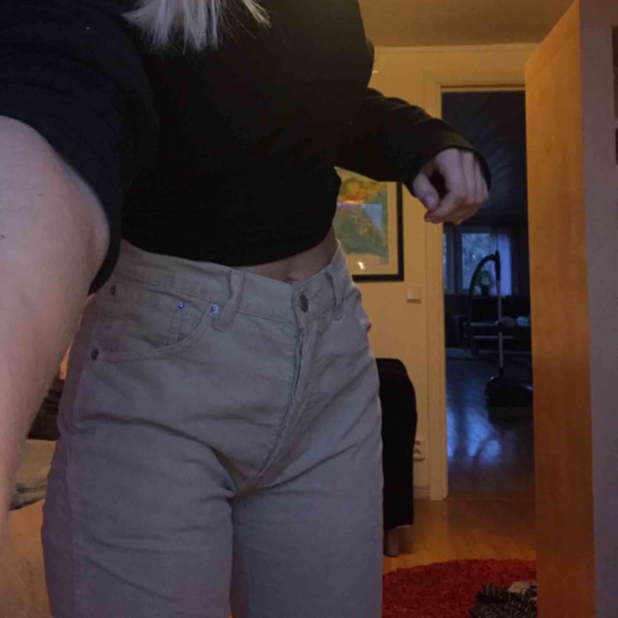 Världens finaste beiga Levis-jeans. Dom är i storlek W 32 L 32 och snyggt avklippa längst ner som ni ser på sista bilden. . Jeans & Byxor.