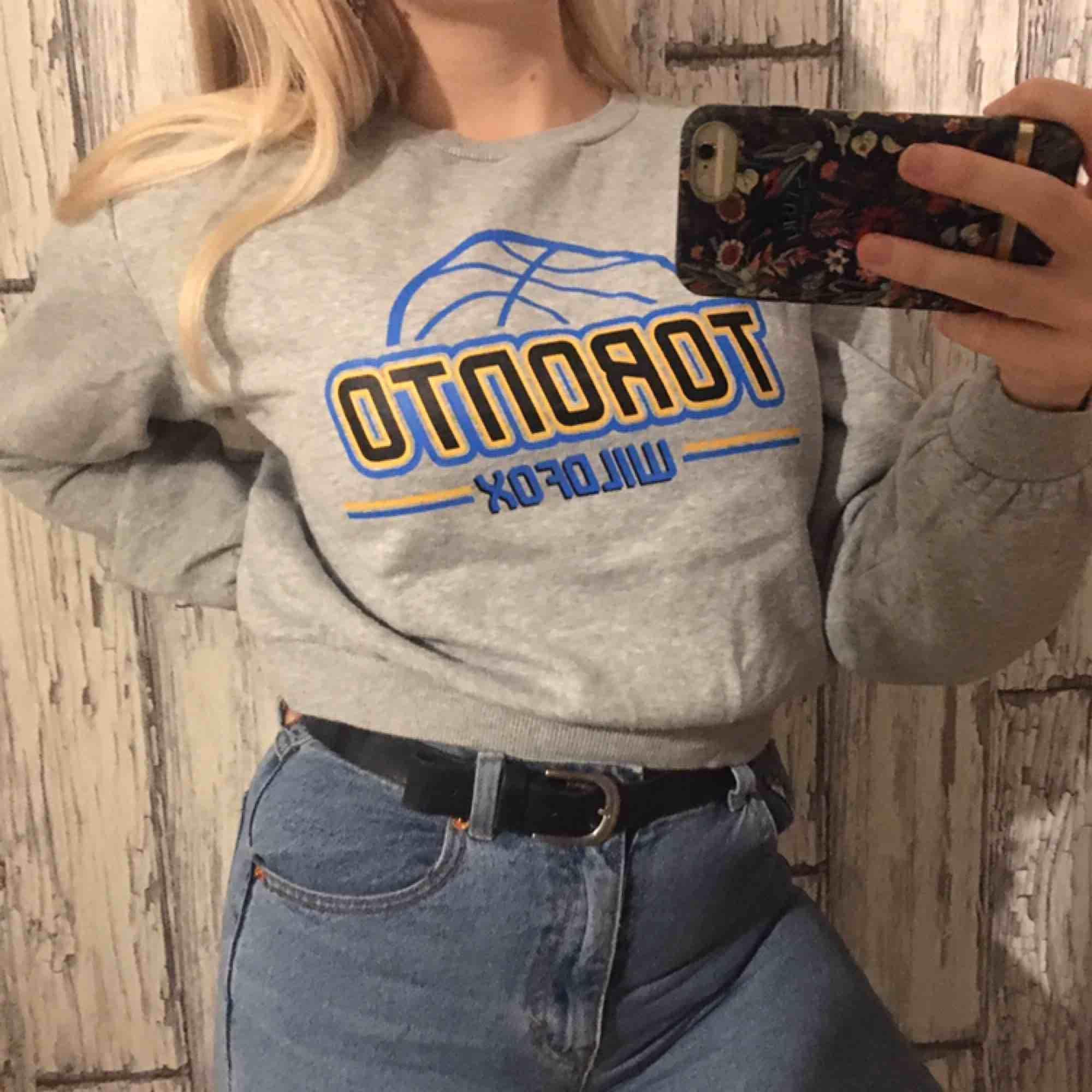 Mjuk Sweater från HM Använd ca 3 gånger, säljs billigt eftersom den ej kommer till använding Funkar även för S-storlek. Tröjor & Koftor.