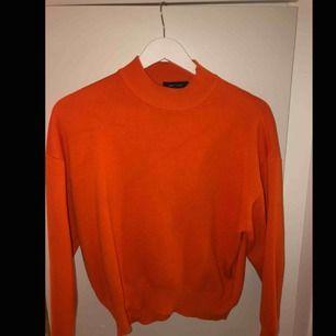 En orange collegetröja i storlek S! Har intre använt så många gånger och den är i bra skick