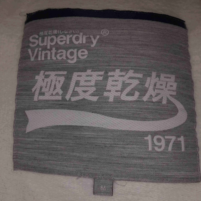 En Superdry hoodie i storlek M. Den var klippt när jag köpte den i butik.  Säljer på grund av att det inte är min stil längre. Cond: 8/10. Huvtröjor & Träningströjor.