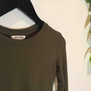 En skogsgrön ribbad långärmad tröja från Monki. Använd någon gång, därför är det jättebra skick. Den ska sitta tight på. Hör av er gärna om ni vill ha mer bilder/info✨💓