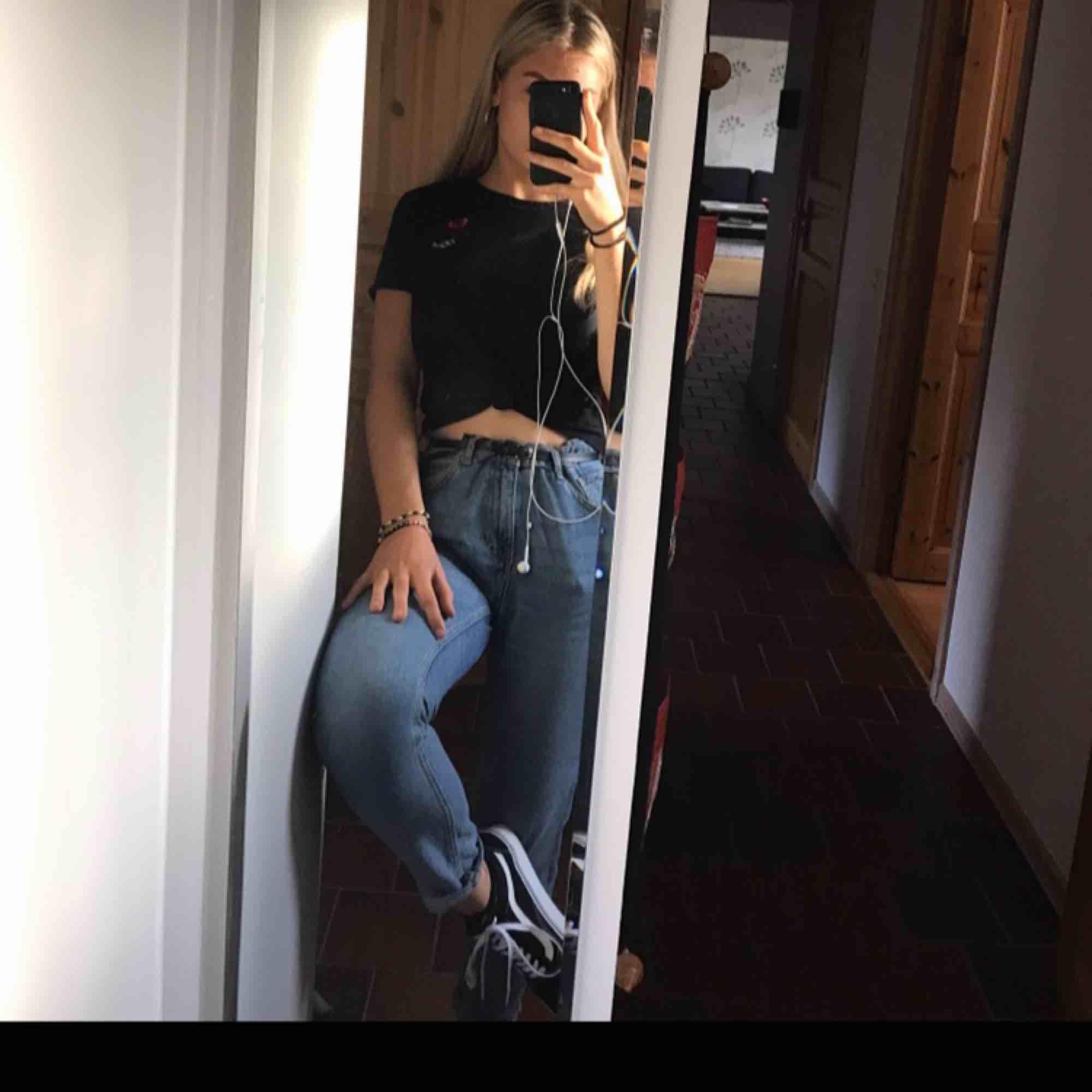 Mom-jeans från bikbok. Använda flitigt men bra skick. Avklippta längst ner. . Jeans & Byxor.