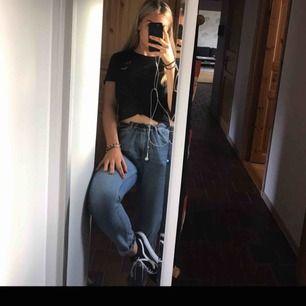 Mom-jeans från bikbok. Använda flitigt men bra skick. Avklippta längst ner.