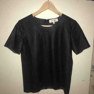 Skinnimiterad t-shirt topp i svart, använda ca 2 gånger.