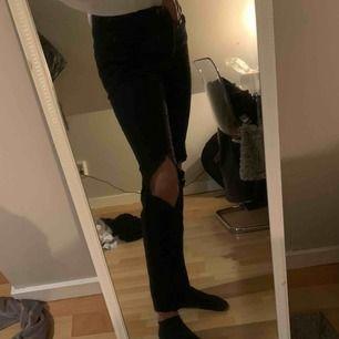 raka svarta jeans med hål i, nästan aldrig använda. Pris kan diskuteras💞😌