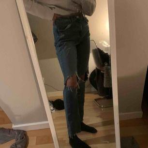 mom jeans med hål från Gina, använd en del💞