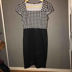 En jättefin klänning med svartvitt mönster! Passformen på denna är underbar då dina kurvor framhävs något otroligt!! Har ett stretchigt material så kan användas på en fin middag men även en kväll ute!