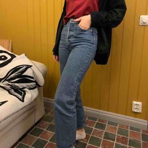 skit snygga jeans från levis. modellen är Ribcage Straight Ankel. använt flitigt men är fortfarande i bra skick. dock är ena bakfickan lite sliten. nypris 1100kr. köparen står för frakten:))