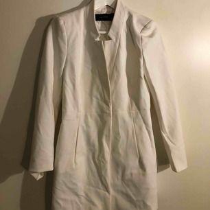 Fin vit kappa från Zara. Knappt använd.