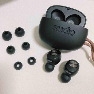 Helt nya Sudio tolv hörlurar som enbart är testade! Säljes för att jag väljer att behålla mina andra hörlurar. Köpta på rea därav det billiga priset 🥰 Alla original tillbehör är kvar!