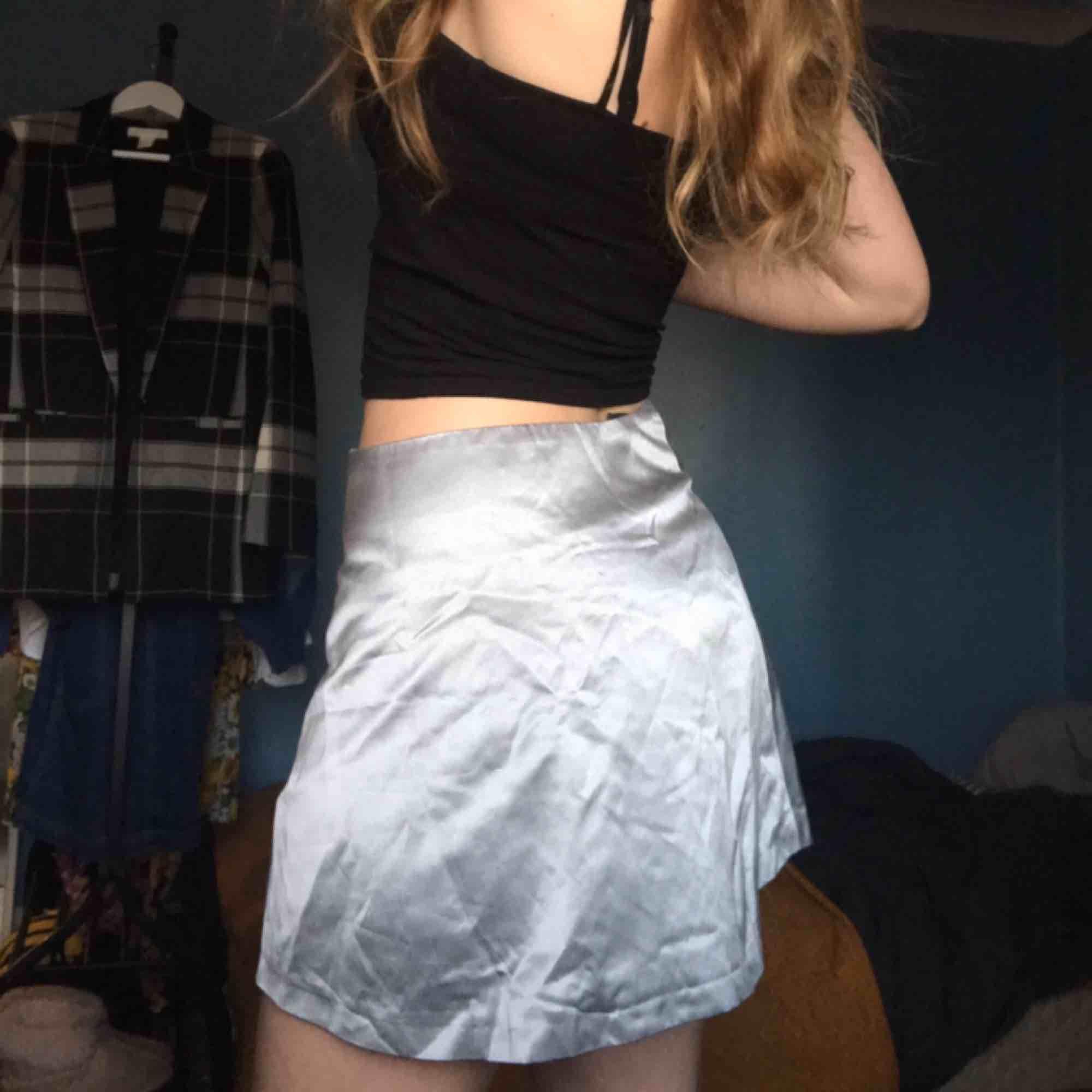 Super snygg 90-tals kjol ifrån Säfi i silvrigt material💿 Väldigt mjuk o fin då den är gjord i 40%silke! Har själv stl 36 så passar bra på höfterna på mig för att få den ultimata 90-tals looken💅🏼. Kjolar.