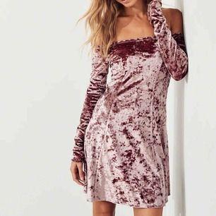 Sammetsklänning från Hollister i storlek M Endast använd en gång och säljer eftersom jag aldrig använder den Köparen står för frakt om du ej har möjlighet att mötas upp.  Klänningen är i samma skick som om du skulle beställa den ny.