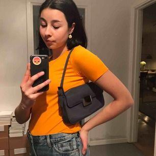 Asfin miniväska/shoulderbag i en gråblå färg, väskan är som ny! Lite repor på spännet men jag ser dem knappt🤪