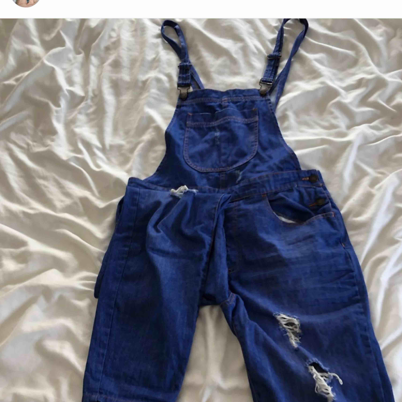 Hängselbyxor köpta i New York 2017. Säljer dessa eftersom jag knappt använder de längre. Lite små i modellen. Kan mötas upp eller så står köparen för frakt. Jeans & Byxor.
