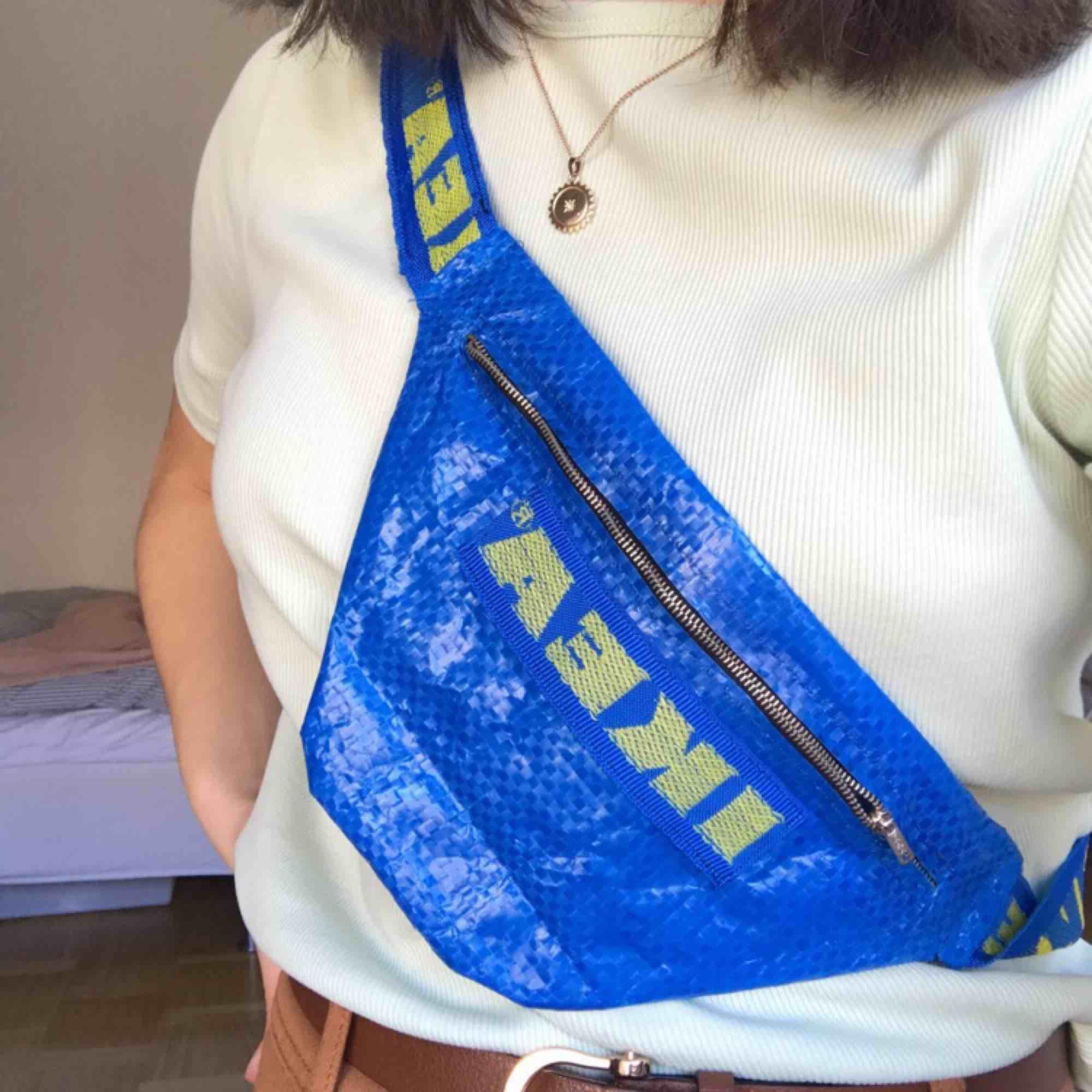 Säljer min Ikea magväska endast pga att den ej kommer till användning!❤️. Väskor.