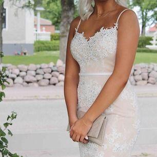 Säljer min fina balklänning! Endast använd 1 gång och är i jättefint skick. Ordinarie pris 6000kr köpt på dressroomlinné i Göteborg. Köpare står för frakt🌟🌟