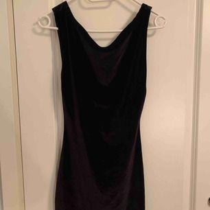 Zara sammetsklänning kort. Stl M
