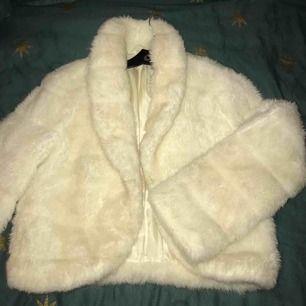 Fluffig jacka i toppenskick som är jättefin att använd under vintern! Har dock aldrig fått tillfälle att använda, därav säljer jag den nu :) Jackan har knapp så den går att stänga igen. Storleken är en liten medium. Köpare står för eventuell frakt ! 🌟💕