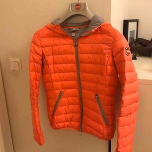 Fin orange/persiko färgad jacka från colmar. Hyfsat bra skick då den är mycket använd där med priset.