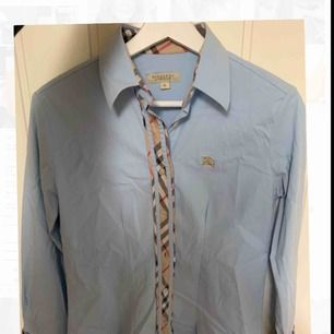 Burberry skjorta dam, använd 2/3 gånger. Mycket bra skick. Säljer pga den inte används. (Fraktas eller mötas upp i Hässleholm)